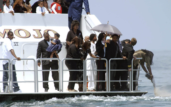 Michael Jackson THE ASHES OF BARRY WHITE, WHO DIED OF KIDNEY FAILURE ON JULY 5TH, WERE SCATTERED AT SEA OFF THE COAST OF SANTA MONICA, ON SATURDAY JULY 12 AT 12:00PM.MICHAEL JACKSON WAS ON BOARD, ALONG WITH ABOUT 40 INVITED GUESTS, MOST OF THEM FAMILY MEMBERS.BARRY'S ESTRANGED WIFE, GLODEAN JAMES (BLACK AND GOLD OUTFIT AND LONG GOLD FINGERNAILS) SCATTERED THE ASHES.BARRY IS SURVIVED BY EIGHT CHIDREN, SEVERAL GRANDCHILDREN, AND HIS COMPANION, CATHERINE DENTON.