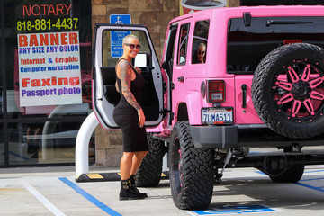 Amber Rose Amber Rose Gets Into Her Pink Jeep