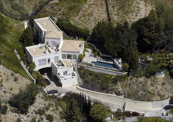 Celebrity homes zimbio for Celebrities that live in hollywood hills