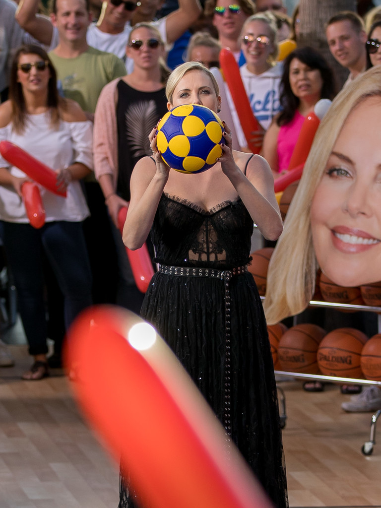 Charlize+Theron+Charlize+Theron+Plays+Basketball+FYWDZPpWJ1Wx.jpg
