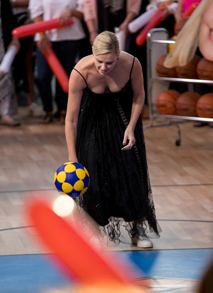 Charlize+Theron+Charlize+Theron+Plays+Basketball+FxMWAnLCTCjx.jpg