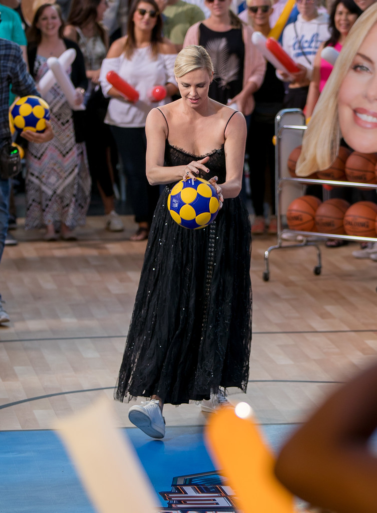 Charlize+Theron+Charlize+Theron+Plays+Basketball+G8pJNBBwGSKx.jpg