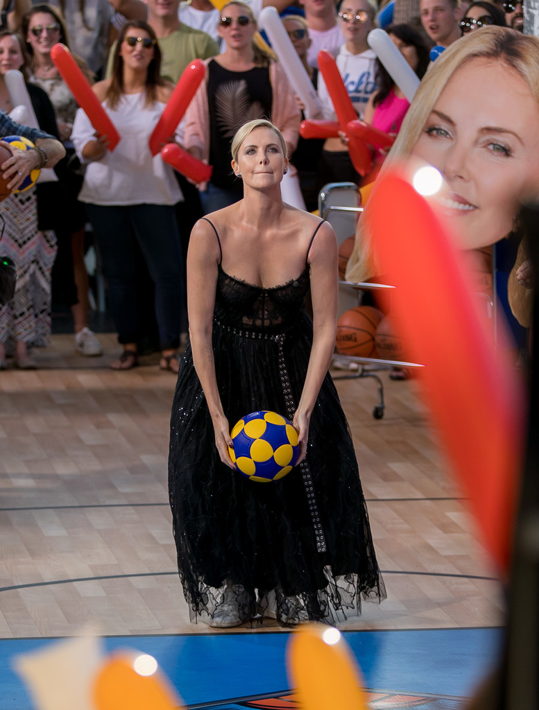 Charlize+Theron+Charlize+Theron+Plays+Basketball+qJeReul5OpUx.jpg