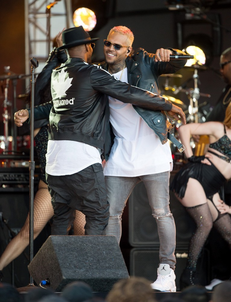 http://www1.pictures.zimbio.com/bg/Chris+Brown+Jamie+Foxx+Chris+Brown+Jimmy+Kimmel+15UMTaDVzGMx.jpg