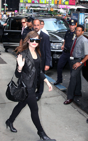 Demi Lovato Outside GMA لاتفوووووووتكم Demi%20Does%20GMA%20aKCEPiEukwtl