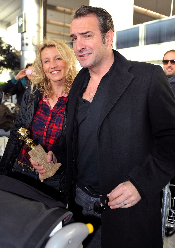 Jean dujardin and wife arrive home zimbio for Alexandra dujardin