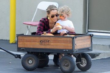 Elizabeth Berkley Elizabeth Berkley Picks Out Pumpkins