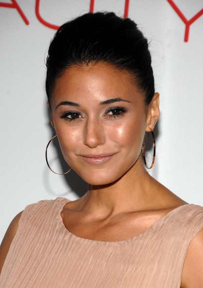http://www1.pictures.zimbio.com/bg/Emmanuelle+Chriqui+Launch+Beauty+Book+Brain+L4JdTB6mOpQl.jpg