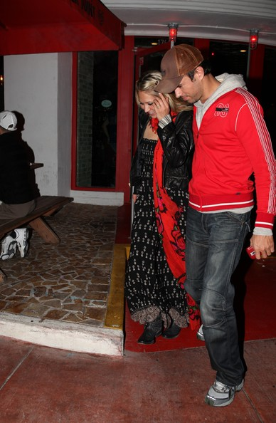 Enrique+and+Anna+out+to+dinner+1dK4MvdkCcQl Anna Kournikova does not have breast implants
