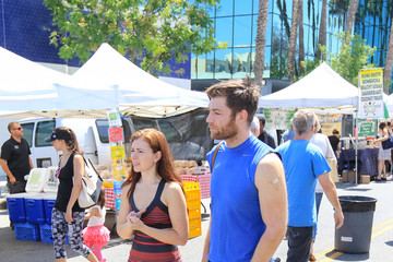 Erin Hasan Liam McIntyre And Erin Hasan At The Farmer's Market In Studio City