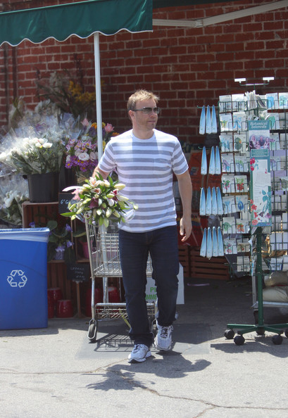Gary Barlow part du Wholefoods Market 10/05/2010 Gary+Barlow+is+a+Flower+Man+2IGidppeS__l
