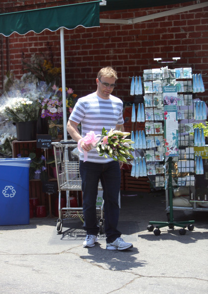 Gary Barlow part du Wholefoods Market 10/05/2010 Gary+Barlow+is+a+Flower+Man+RR63qxPritBl