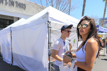 Hannah Glasby Nolan Gould And Hannah Glasby Shopping At The Farmer's Market In Studio City