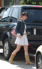 Jennifer Love Hewitt Hot Item: Ugg Boots