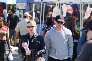 Jamie Bell Kate Mara And Jamie Bell At The Farmer's Market