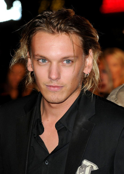"JAMIE CAMPBELL BOWER : ""ANONYMOUS"" PREMIERE UK (25/10) sur ..."