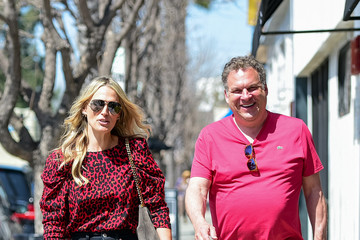 Jeff Garlin Molly Sims and Jeff Garlin snap photos
