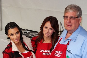 Jennifer Love Hewitt Celebs Give Out Thanksgiving Meals at the Los Angeles Mission