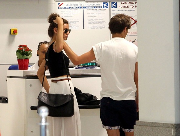 louis tomlinson and eleanor calder flirt at the airport Louis tomlinson has allegedly spoken out about the airport incident that ended in him being arrested at the weekend according to the daily mirror, the one direction singer, 25, told friends that he was 'protecting his girlfriend' eleanor calder during the incident at la airport lax.