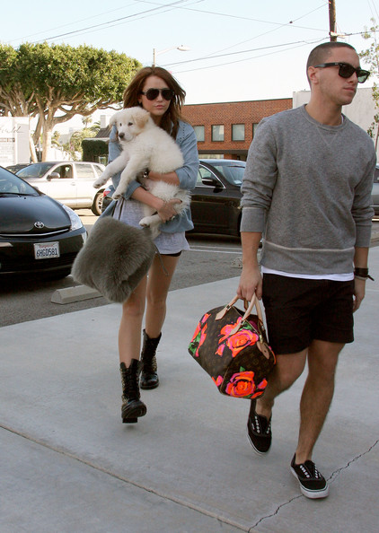 Miley Cyrus - Miley Cyrus Shops with Her New Puppy