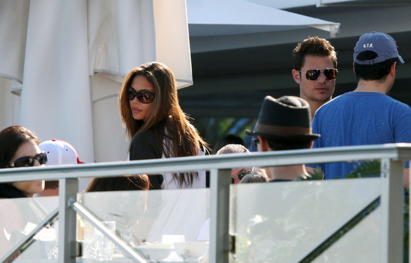 Nick Lachey and girlfriend Vanessa Minnillo meet up with friends for drinks while in Miami.