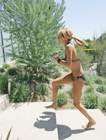 """Nicole Richie visits friends for a pool party and barbecue on """"Memorial Day"""" holiday."""