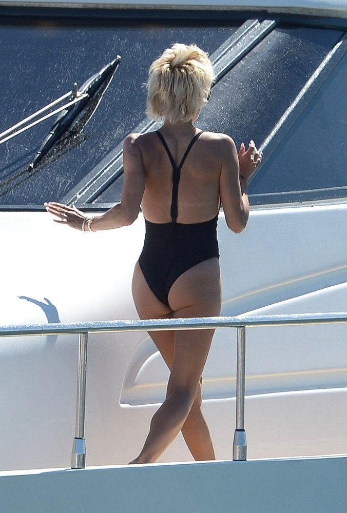 Pamela Anderson Photos Photos - Pamela Anderson Goes for a ...