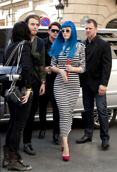 Katy Perry sports a long blue wig as she shops in Paris .