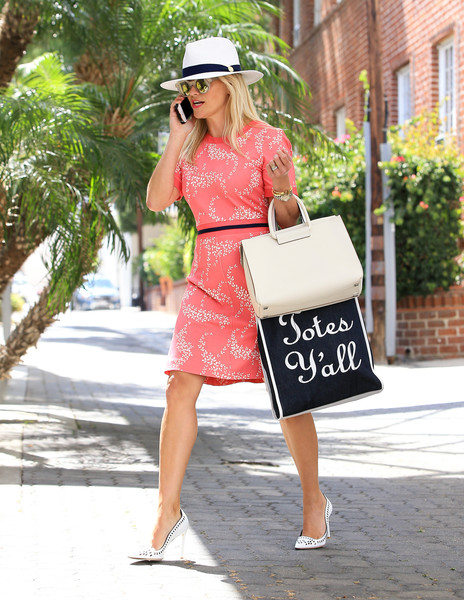 a6697bb15e7 Reese Witherspoon Photos Photos - Reese Witherspoon Carries Draper ...