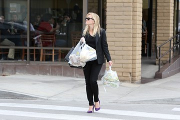 Reese Witherspoon Reese Witherspoon Goes Shopping in Santa Monica
