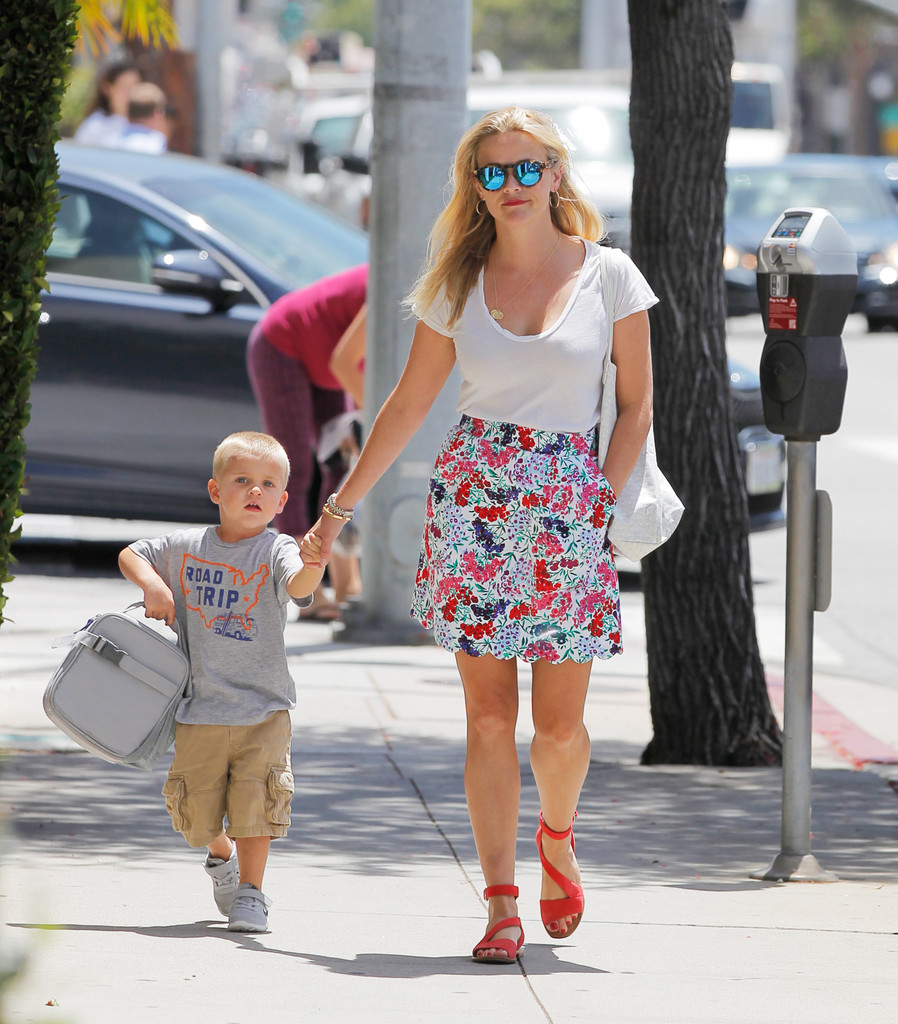 reese witherspoon in reese witherspoon enjoys some mommy