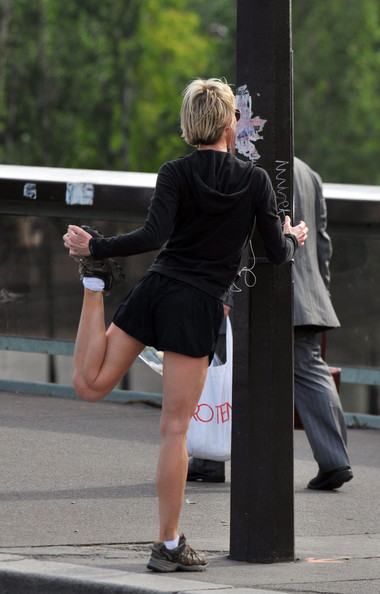 Renee Zellweger - Renee Zellweger Jogs in Paris
