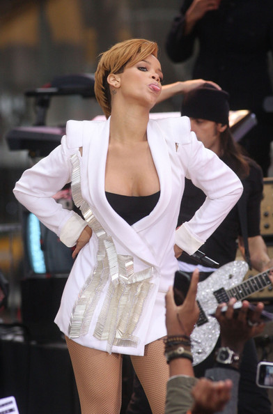 Rihanna...... - Page 3 Rihanna+takes+to+the+stage+Be2I7ilM_nml