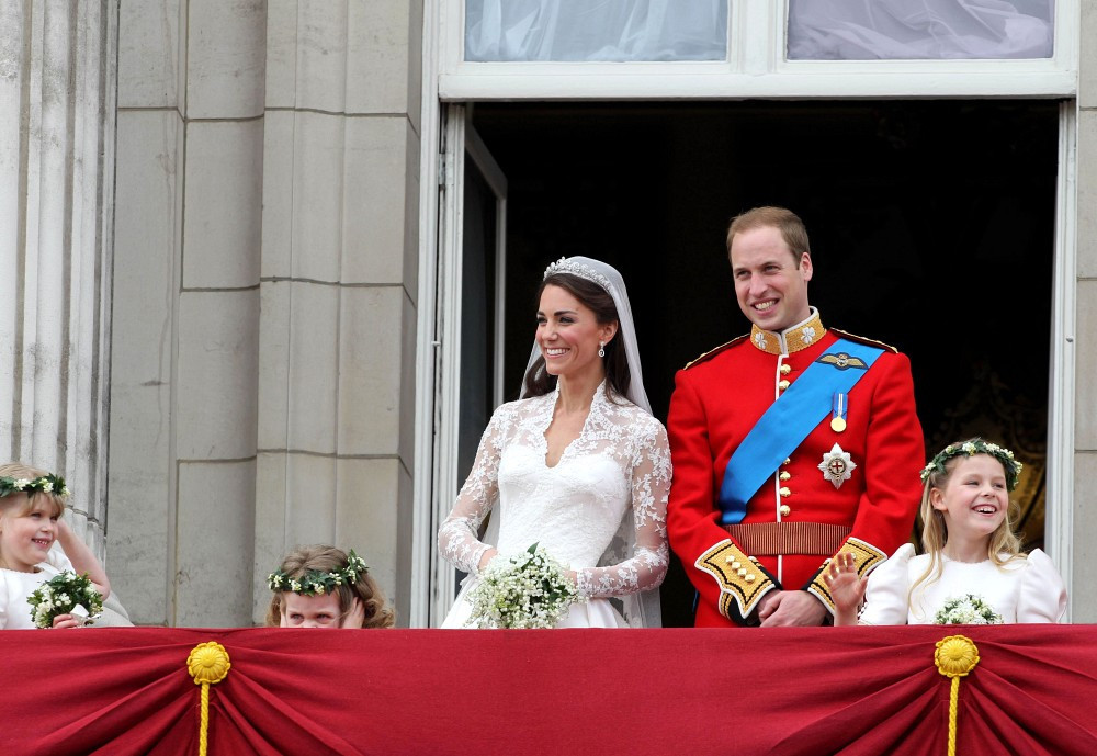 Kate middleton in royal wedding the balcony zimbio for Queens wedding balcony