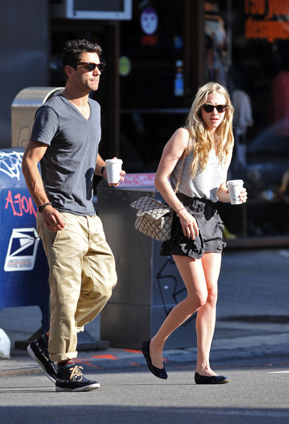 Amanda Seyfried Actress Amanda Seyfried has a confused look on her face as she and her boyfriend Dominic Cooper walk around and drink coffee in SoHo.