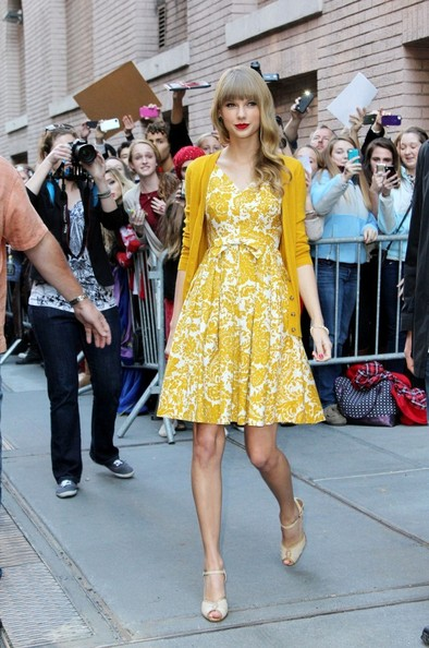Taylor Swift Promotes 'Red' in NYC 3