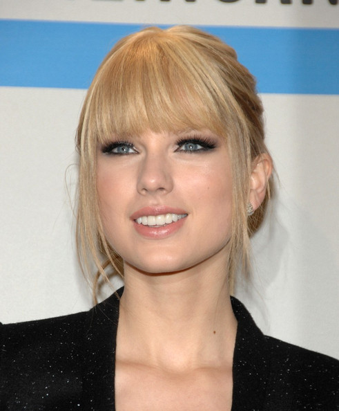 http://www1.pictures.zimbio.com/bg/Taylor+Swift+2010+American+Music+Awards+Press+8CAyqFN0XDAl.jpg