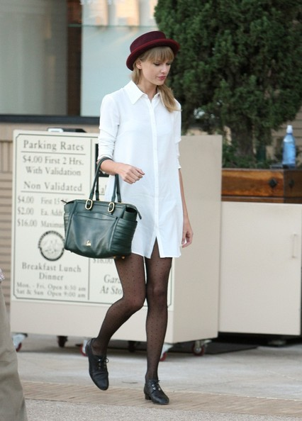 Taylor Swift - Taylor Swift Shops in Beverly Hills