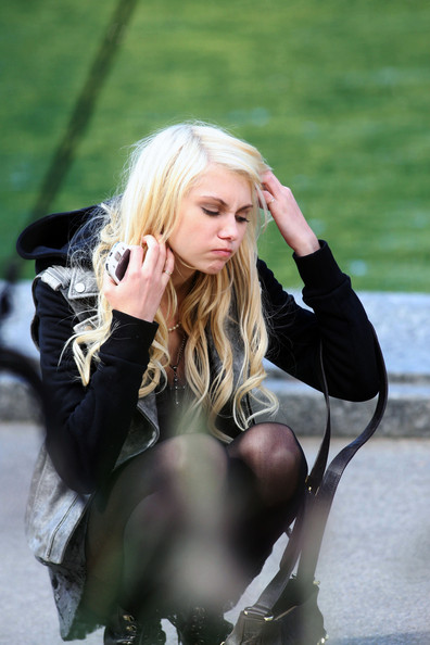 Despite feeling sick to her stomach, Taylor Momsen continues to film scenes of Gossip Girl in Central Park. The actress took a short break to use a public restroom.