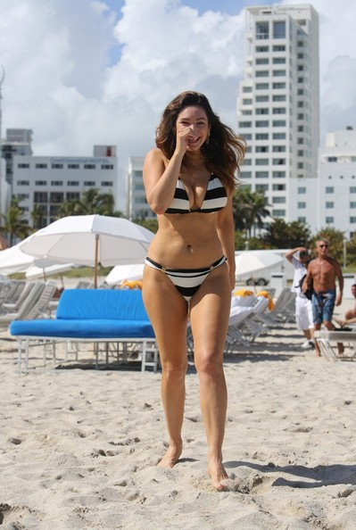 Kelly Brook in Patterned Bikini on the beach in Thailand Pic 28 of 35