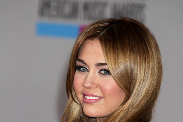 Miley Cyrus 2010 American Music Awards - Arrivals