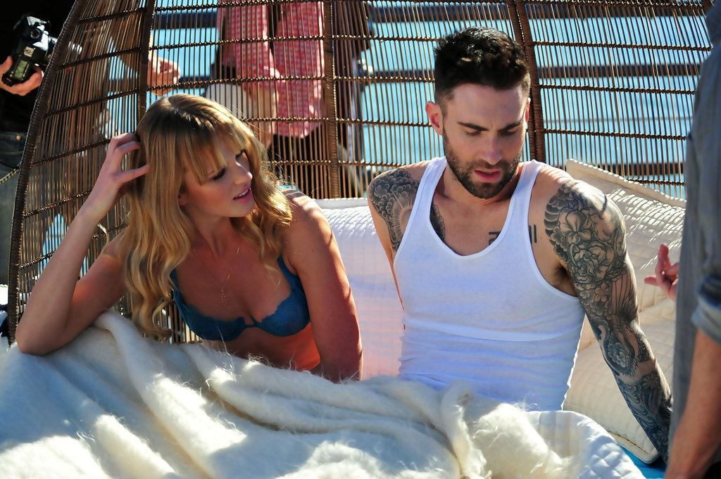 Image of: Fandom Adam Levine Photosphotostream Zimbio Adam Levine Photos Photos Adam Levine And Anne Vyalitsyna Filming