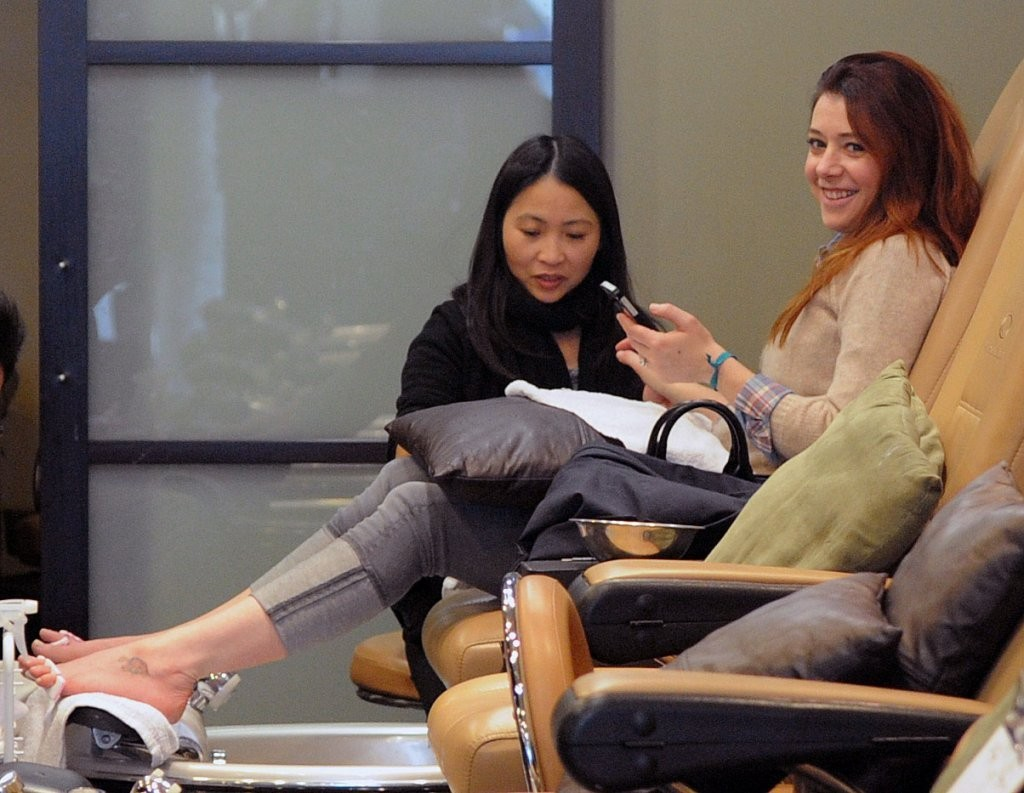Alyson Hannigan Getting Her Nails Done In Brentwood 1 of 14 - Zimbio