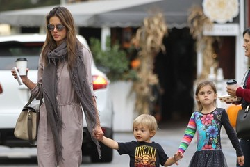 Anja Ambrosio Mazur Alessandra Ambrosio & Kids At The Brentwood Country Mart