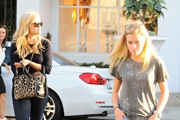 Ava Phillippe Reese Witherspoon Out Shopping With Her Daughter Ava