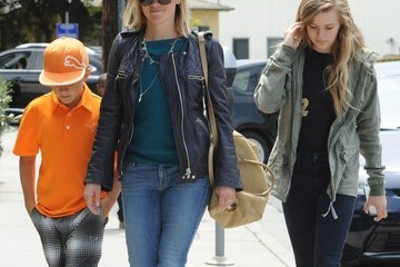 Ava Phillippe Reese Witherspoon Takes Her Kids To Lunch At The Tavern Restaurant