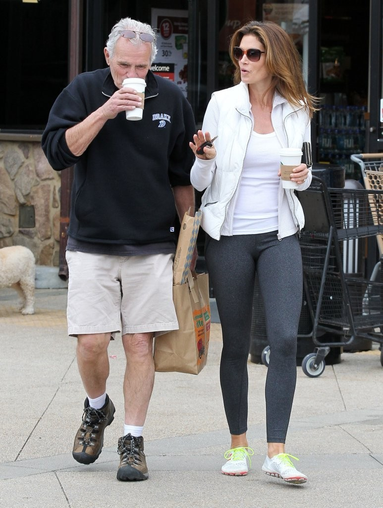 Cindy Crawford Makes A Quick Stop At Pavilions - Zimbio