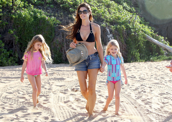 Denise Richards And Her Girls Walking On The Beach In Maui