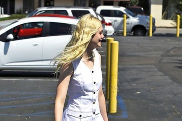 Elle Fanning Elle Fanning Visits the Nail Salon