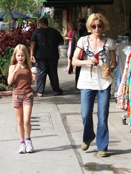 http://www1.pictures.zimbio.com/fp/Felicity+Huffman+Daughter+Getting+Ice+Cream+HAlOffH95mLl.jpg